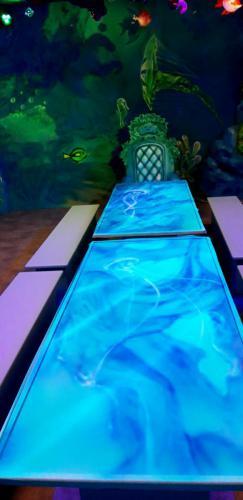 stoły malowane w stylu mural UV painting